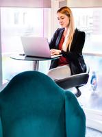 Businesswoman typing on laptop in office 11015304520| 写真素材・ストックフォト・画像・イラスト素材|アマナイメージズ