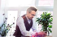 Businessman taking an office coffee break reading smartphone texts 11015304529| 写真素材・ストックフォト・画像・イラスト素材|アマナイメージズ
