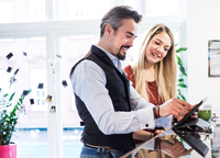 Businessman and woman looking at digital tablet in office 11015304535| 写真素材・ストックフォト・画像・イラスト素材|アマナイメージズ