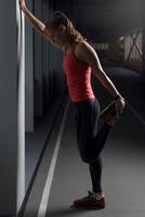 Woman exercising, stretching in urban environment 11015304730| 写真素材・ストックフォト・画像・イラスト素材|アマナイメージズ