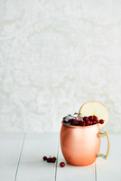 Non-alcoholic cocktail in copper mug with berries and apple slice 11015304775| 写真素材・ストックフォト・画像・イラスト素材|アマナイメージズ