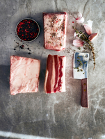 Raw beef short ribs with meat cleaver and peppercorns, overhead view 11015304779| 写真素材・ストックフォト・画像・イラスト素材|アマナイメージズ