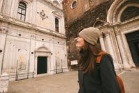 Woman sightseeing, Venice, Italy 11015304807| 写真素材・ストックフォト・画像・イラスト素材|アマナイメージズ