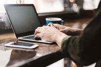 Man working on laptop at cafe 11015304821| 写真素材・ストックフォト・画像・イラスト素材|アマナイメージズ
