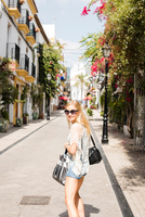 Woman in street looking at camera smiling, Marbella old town, Spain 11015305092| 写真素材・ストックフォト・画像・イラスト素材|アマナイメージズ