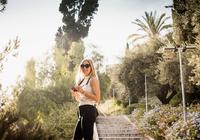 Woman with camera sightseeing, Malaga, Spain 11015305098| 写真素材・ストックフォト・画像・イラスト素材|アマナイメージズ