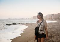 Woman walking on beach, Torreblanca, Fuengirola, Spain 11015305112| 写真素材・ストックフォト・画像・イラスト素材|アマナイメージズ