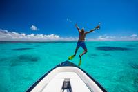 Mature man, wearing flippers, jumping off boat, Ile aux Cerfs, Mauritius 11015305166| 写真素材・ストックフォト・画像・イラスト素材|アマナイメージズ