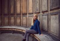 Portrait of mid adult woman sitting on bench at Queen Ann's Alcove, London, England 11015305208| 写真素材・ストックフォト・画像・イラスト素材|アマナイメージズ
