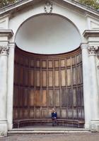 Portrait of mid adult woman sitting on bench at Queen Ann's Alcove, London, England 11015305209| 写真素材・ストックフォト・画像・イラスト素材|アマナイメージズ