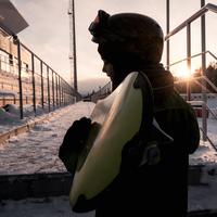 Boy carrying snowboard 11015305922| 写真素材・ストックフォト・画像・イラスト素材|アマナイメージズ