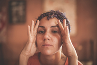 Portrait of woman lifting her face and wrinkles with hands 11015306135  写真素材・ストックフォト・画像・イラスト素材 アマナイメージズ