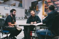 Metalwork team meeting in forge design office 11015306280| 写真素材・ストックフォト・画像・イラスト素材|アマナイメージズ