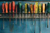 Row of screwdrivers in forge workshop 11015306293| 写真素材・ストックフォト・画像・イラスト素材|アマナイメージズ