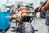 Mature man, working on motorcycle in garage 11015306401| 写真素材・ストックフォト・画像・イラスト素材|アマナイメージズ