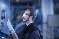 Engineer checking pressure gauge 11015306684| 写真素材・ストックフォト・画像・イラスト素材|アマナイメージズ