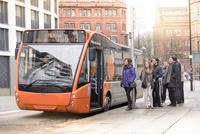 Passengers at bus stop waiting to board electric bus 11015306862| 写真素材・ストックフォト・画像・イラスト素材|アマナイメージズ