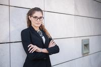 Portrait of young businesswoman, arms folded 11015306998| 写真素材・ストックフォト・画像・イラスト素材|アマナイメージズ