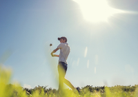 Boy playing golf 11015307184| 写真素材・ストックフォト・画像・イラスト素材|アマナイメージズ