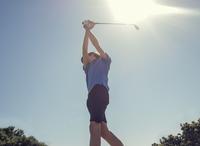 Boy playing golf 11015307185| 写真素材・ストックフォト・画像・イラスト素材|アマナイメージズ