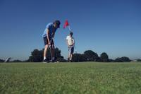 Two boys playing golf 11015307186| 写真素材・ストックフォト・画像・イラスト素材|アマナイメージズ