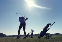 Two boys playing golf 11015307187| 写真素材・ストックフォト・画像・イラスト素材|アマナイメージズ