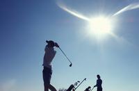 Two boys playing golf 11015307189| 写真素材・ストックフォト・画像・イラスト素材|アマナイメージズ