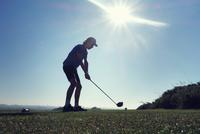 Boy playing golf 11015307191| 写真素材・ストックフォト・画像・イラスト素材|アマナイメージズ