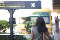 Rear view of woman strolling to railway platform 11015307252| 写真素材・ストックフォト・画像・イラスト素材|アマナイメージズ