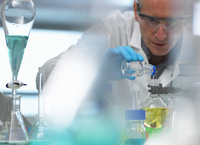 Biotechnology, scientist preparing a chemical formula during an experiment in the laboratory 11015307575| 写真素材・ストックフォト・画像・イラスト素材|アマナイメージズ
