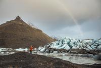Man looking at view, Svinafellsjokull glacier, Iceland 11015307631| 写真素材・ストックフォト・画像・イラスト素材|アマナイメージズ