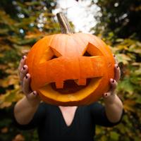 Woman holding carved pumpkin 11015308337| 写真素材・ストックフォト・画像・イラスト素材|アマナイメージズ