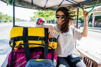 Woman riding in auto rickshaw, Siem Reap, Cambodia 11015308395| 写真素材・ストックフォト・画像・イラスト素材|アマナイメージズ