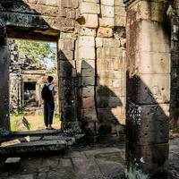 Man investigating Angkor Wat temple, Siem Reap, Cambodia 11015308399| 写真素材・ストックフォト・画像・イラスト素材|アマナイメージズ