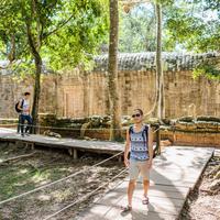 Men on wooden walkway, Ta Phrom, Siem Reap, Cambodia 11015308401| 写真素材・ストックフォト・画像・イラスト素材|アマナイメージズ