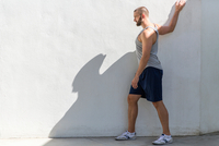 Mid adult man training on patio 11015308755| 写真素材・ストックフォト・画像・イラスト素材|アマナイメージズ