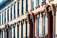 Rows of windows and doorways on terraced house facade, Brooklyn, New York, USA 11015308773| 写真素材・ストックフォト・画像・イラスト素材|アマナイメージズ