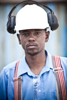 Portrait of male worker in hard hat at recycling plant 11015308786| 写真素材・ストックフォト・画像・イラスト素材|アマナイメージズ