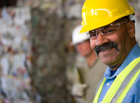 Portrait of mature male worker in hard hat, in front of stacked rubbish at recycling plant 11015308787| 写真素材・ストックフォト・画像・イラスト素材|アマナイメージズ