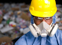 Portrait of male worker in hard hat and gas mask, in front of rubbish at recycling plant 11015308789| 写真素材・ストックフォト・画像・イラスト素材|アマナイメージズ
