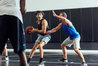 Male basketball players defending ball in basketball game 11015309412| 写真素材・ストックフォト・画像・イラスト素材|アマナイメージズ
