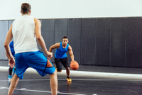 Male basketball player running with ball in basketball game 11015309415| 写真素材・ストックフォト・画像・イラスト素材|アマナイメージズ