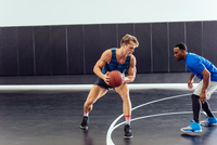 Two male basketball players practicing ball defence on basketball court 11015309419| 写真素材・ストックフォト・画像・イラスト素材|アマナイメージズ