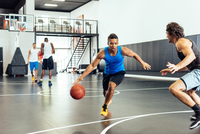 Two male basketball players practicing ball defence on basketball court 11015309420| 写真素材・ストックフォト・画像・イラスト素材|アマナイメージズ