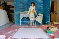 Girl in garage creating set design 11015309460| 写真素材・ストックフォト・画像・イラスト素材|アマナイメージズ