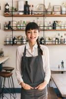 Portrait of female bartender in cocktail bar 11015309540| 写真素材・ストックフォト・画像・イラスト素材|アマナイメージズ