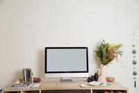 Computer on desk 11015309576| 写真素材・ストックフォト・画像・イラスト素材|アマナイメージズ