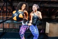 Women in gym back to back using exercise ball 11015309654| 写真素材・ストックフォト・画像・イラスト素材|アマナイメージズ