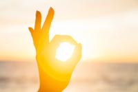 Woman circling the sun with fingers at sunrise 11015309668| 写真素材・ストックフォト・画像・イラスト素材|アマナイメージズ