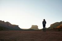 Woman standing in desert, looking at view, Sedona, Arizona, USA 11015309720| 写真素材・ストックフォト・画像・イラスト素材|アマナイメージズ